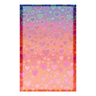 Artigos de papelaria coloridos dos corações