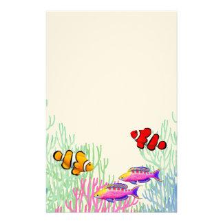 Artigos de papelaria coloridos dos peixes do