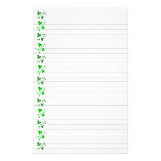 Artigos de papelaria verdes do teste padrão dos