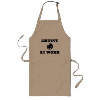 Artista no avental do artista do trabalho