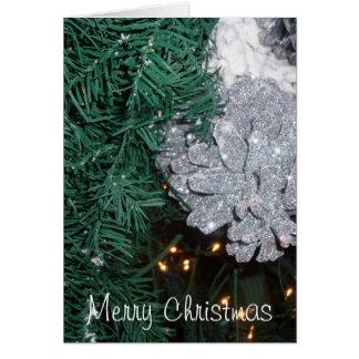 Árvore de Natal com o cartão do cone do pinho de p