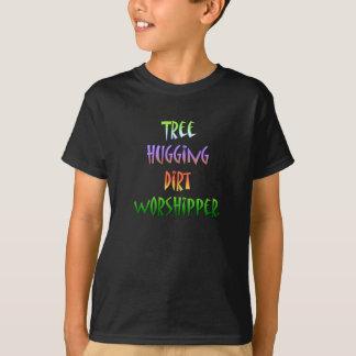 Árvore que abraça a camisa ambiental dos miúdos