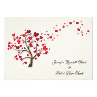 Árvore vermelha do coração no casamento do marfim convite 12.7 x 17.78cm