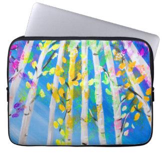 Árvores coloridas com pintura de néon das folhas capas para computadores