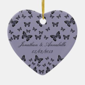 As borboletas roxas salvar a lembrança da data ornamento de cerâmica coração