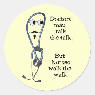 As enfermeiras andam as etiquetas da caminhada