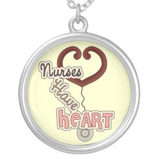 As enfermeiras do estetoscópio têm t-shirt e prese colar com pendente redondo
