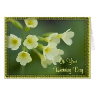 As flores amarelas pequenas misturaram o cartão de
