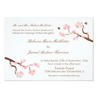 As flores de cerejeira na paisagem branca convidam convite 12.7 x 17.78cm