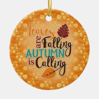 As folhas de outono alaranjadas são ornamento de