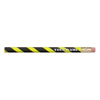 As listras diagonais amarelas e pretas adicionam lápis