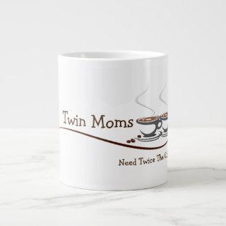 As mães gêmeas precisam duas vezes o café - caneca