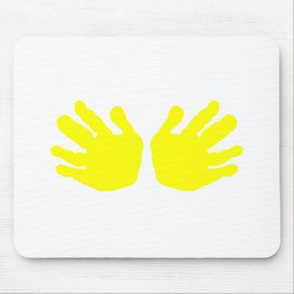 As mãos amarelam os presentes de Zazzle do MUSEU Mouse Pads