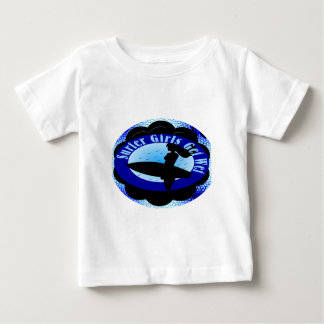 As meninas do surfista obtêm molhadas t-shirts