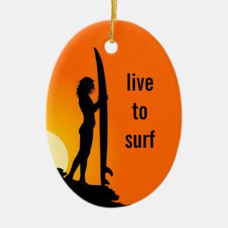 As meninas que surfam personalizaram o ornamento