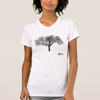 As mulheres crescem a camisa da árvore