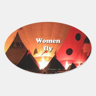 As mulheres voam: balão de ar quente 2 adesivo oval