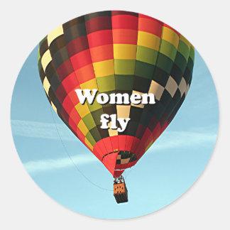 As mulheres voam: balão de ar quente adesivo redondo