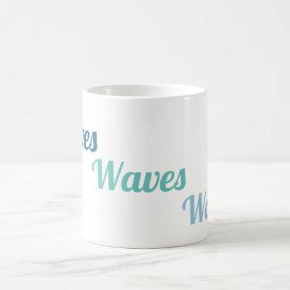 As ondas acenam a caneca das ondas