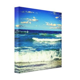 As ondas de oceano que rolam em canvas da costa