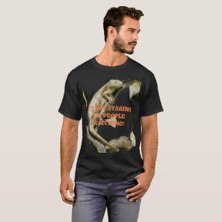 As pessoas felizes do lagarto que olham a camisa