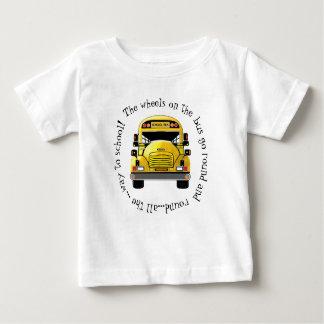 As rodas do auto escolar vão em volta da camisa