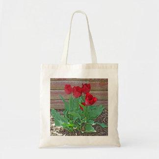 As tulipas vermelhas florescem as pétalas sacola tote budget