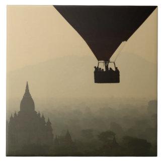 Ásia, Myanmar, Bagan, balão sobre templos de