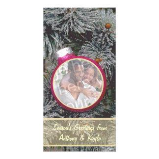 Assentamento cor-de-rosa do ornamento no cartão do cartão com foto