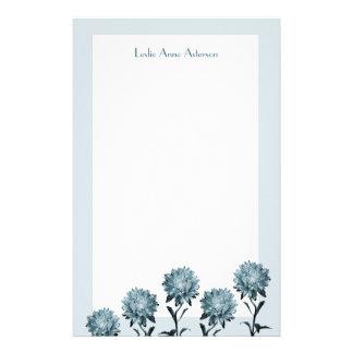 Ásteres azuis obscuros com papel de nota da beira papelaria