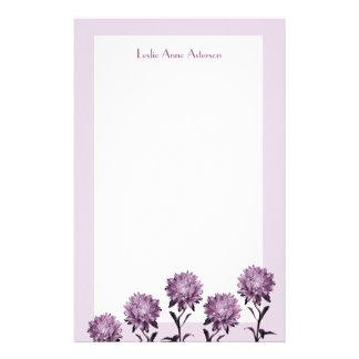 Ásteres roxos com papel de nota da beira papelaria
