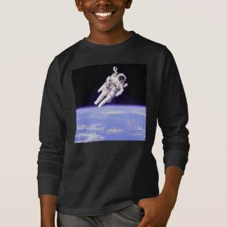 Astronauta na camisa do espaço