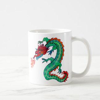 Ateie fogo ao dragão de respiração na caneca do