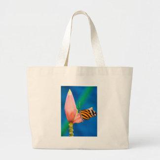 Aterragem da borboleta na flor roxa bolsa tote grande