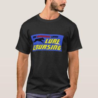 Atração que percorre a camisa do Doberman