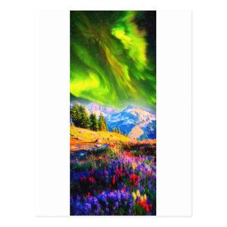 Aurora boreal sobre montanhas cartão postal