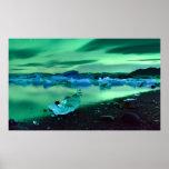 Aurora boreal sobre o lago Jokulsarlon, Islândia Poster