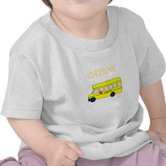 Auto escolar amarelo com sinal da parada t-shirts