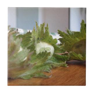 Avelã verdes frescas em uma mesa de madeira