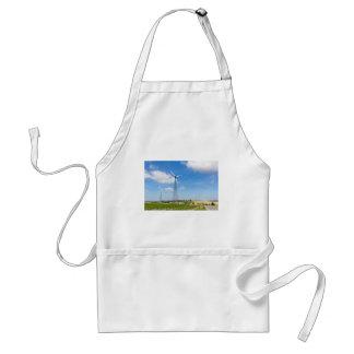 Avental Dois moinhos de vento na área rural com céu azul
