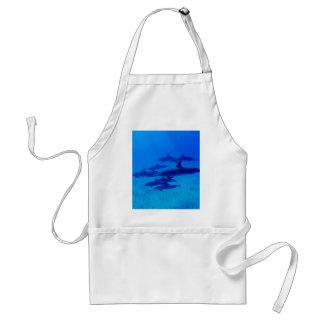 Avental Golfinhos que nadam no mar azul