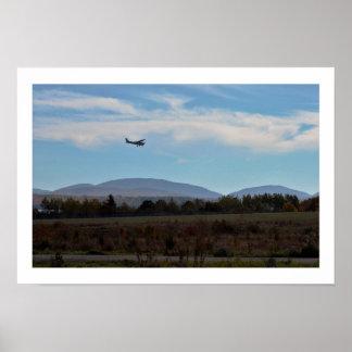 Avião com montanhas poster