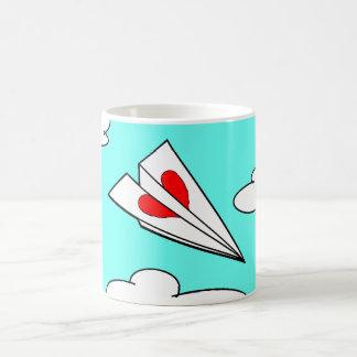 Avião de papel com coração caneca de café