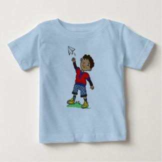 Avião de papel de voo do menino camiseta