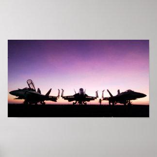 Aviões do zangão de F/A 18 no por do sol Posteres