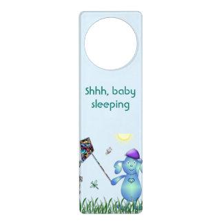 Aviso De Porta Azul de bebê no parque