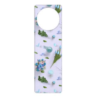 Aviso De Porta Flores dispersadas azuis