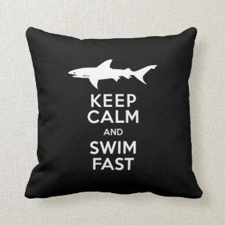 Aviso engraçado do tubarão - mantenha a calma e travesseiro de decoração