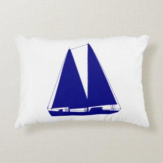 Azuis marinhos no veleiro litoral branco da almofada decorativa