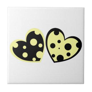 Azulejo amarelo pálido e preto dos corações